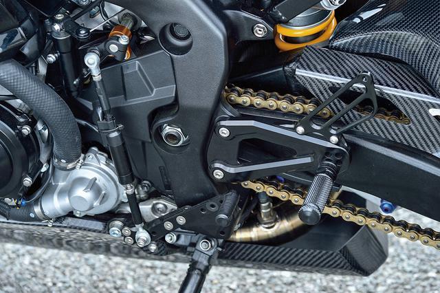画像: ドライブチェーンはDID製でサイズは520。ステップキットはステップバー/ペダル軸別体式のベビーフェイス製を使っている。