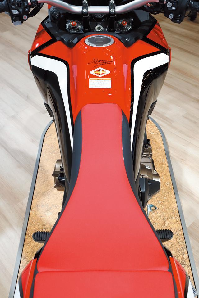 画像: フレームは新作で、シートは幅を約20㎜スリムとして足を下ろしやすく、スタンディングをしやすく、足つき性を向上させた。
