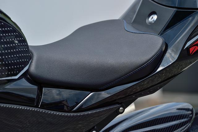 画像: シートもクォーターで多く作業を依頼するStyleシートカスタムへのオーダー品に変わり、乗り心地を向上。サイドはカーボンパターンだ。
