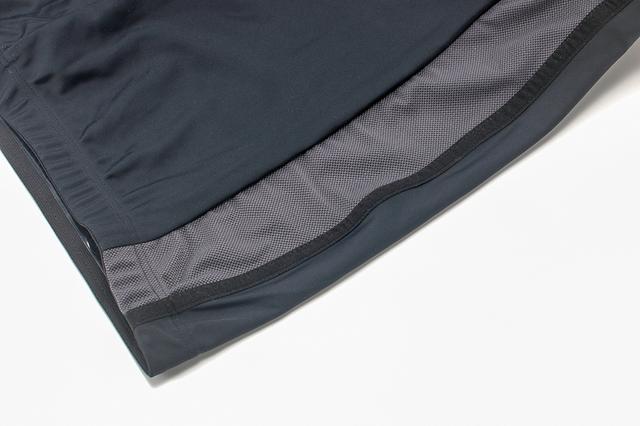 画像: 適度なタイト感をもたらす裾の絞り、またフィット感やストレッチ性に優れた生地が気軽な着用感を生む。