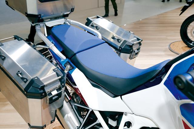 画像: 日本へはローダウン仕様のみ。シート高は810/830㎜に調節でき、オプションでローシートも用意される。パニアケースはオプション。