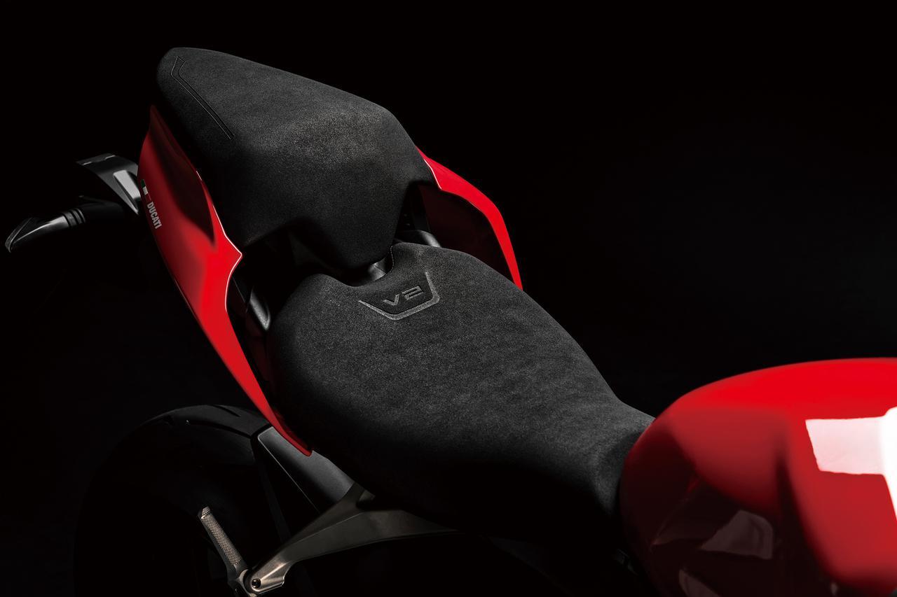 画像: ライダーの前後方向の自由度を高めるべく、前後長と面積を増やしたシート。カバーを装着すればシングルシート仕様としても使える。