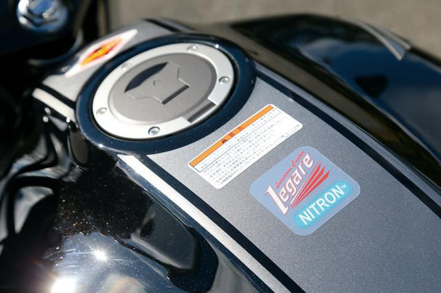 画像: タンク上には「レガーレ」と「ナイトロン」のダブルネームを記したエンブレムが、メーター上にはレガーレのバッジが備わる。