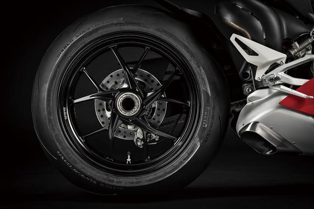 画像: V4Sはマルケジーニ製鍛造アルミホイールを標準装備。さらに、リチウムイオンバッテリー、オーリンズ製ステアリングダンパーも装備する。