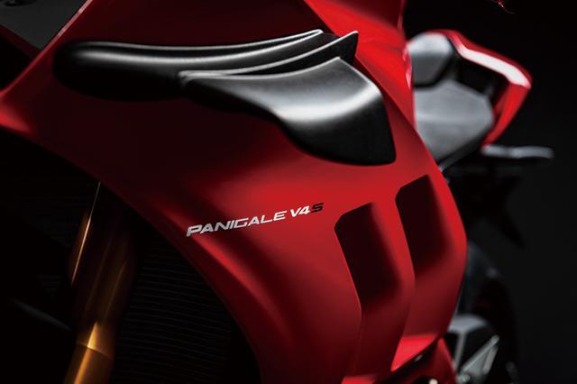 画像: MotoGPでサイズや形状が制限される前に形状が決定したウィングレットが「V4R」以外に初採用。アンチウィリーとダウンフォース効果がある。