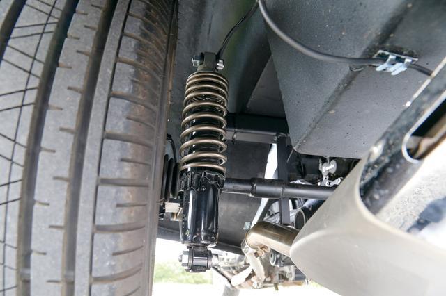画像: 左右の独立懸架リアサスペンションを支えるリアショックユニット。K1600GTL本来のリアショックはシャフトのトルクリアクションを抑えるために使用される。