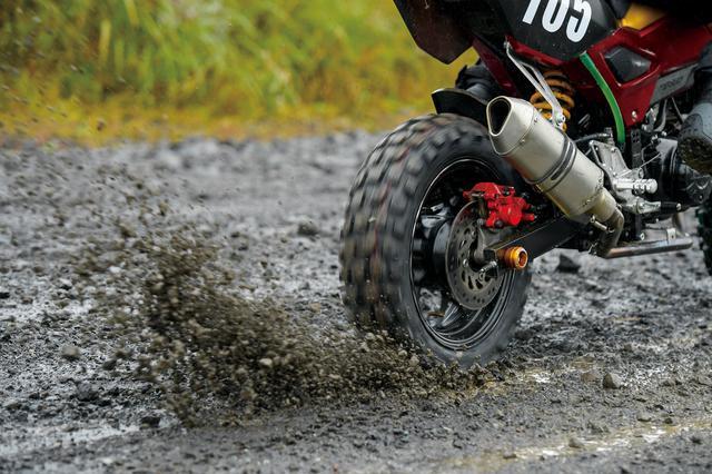 画像: 舗装路面での走行後は、砂利が目立つ、荒れた路面で試乗テスト。サスペンションや最低地上高の問題もあるが、比較的フラットな路面なら状況を選ばずに楽しむことができる。「GP-22」は遊びの幅を広げるタイヤなのだ。