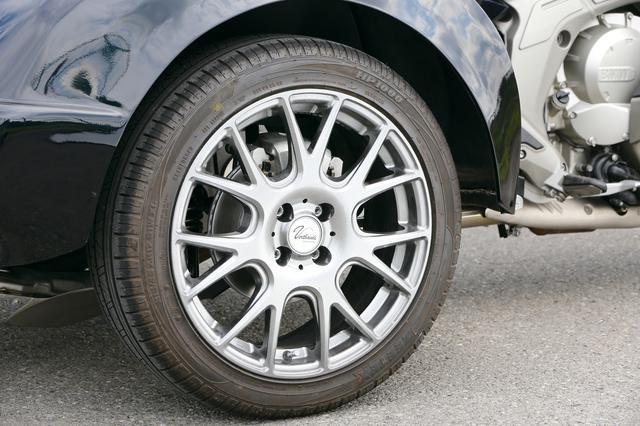 画像: 大きなフェンダーアーチに収まるリアタイヤのサイズは215/45R17。ホイールともに4輪のスポーツモデル用のものがチョイスされている。