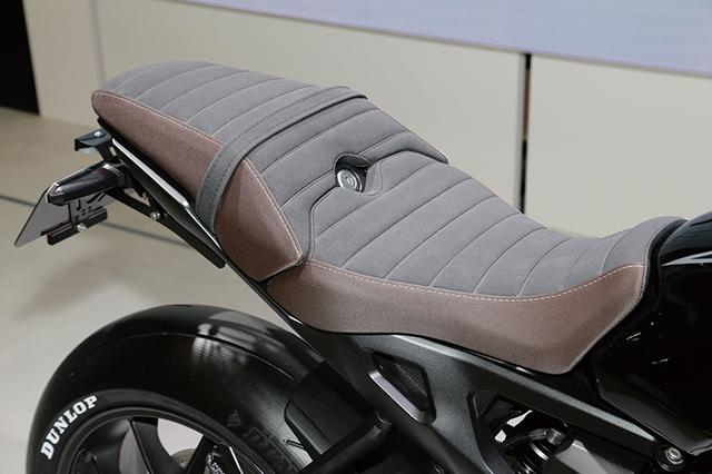 画像: シートはブラウンのアルカンターラ。カッコ良さの中にも上質さをのぞかせるセンスの良さ。