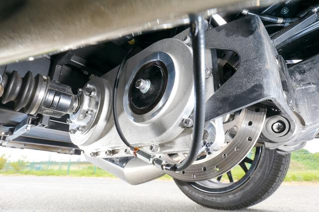画像: リアホイールの駆動力はバイク部分の駆動システムから取り出している。奥に見えるブレーキはパーキングブレーキ用で、キャリパーはブレンボ製。