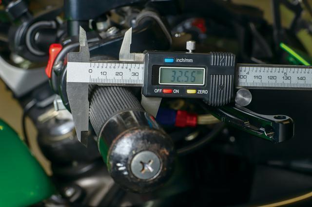 画像: グリップ外径はφ33.6㎜と発表されているが、実測では約32.5㎜。ちなみにニンジャ1000の純正グリップは約31.5㎜なので差はごく僅か。