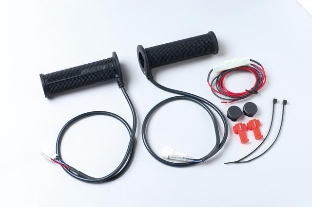 画像: 『DAYTONA』ロゴの右にスイッチとLEDインジケーターを配置。どちらもギリギリまで小型化されているので操作の邪魔にならず、見た目もスッキリしている。スイッチ一体型なので構成はシンプル。配線は電源ケーブルを車体側のアクセサリー電源に接続し、左右のカップラーを接続するだけ。 価格:1万3200円 [サイズ] φ22.2㎜ハンドル/グリップ長120㎜(バーエンド貫通)・12v電装車専用 [ 問 ]  デイトナ   TEL.0120-60-4955 https://www.daytona.co.jp/products/single-10154-loveletter