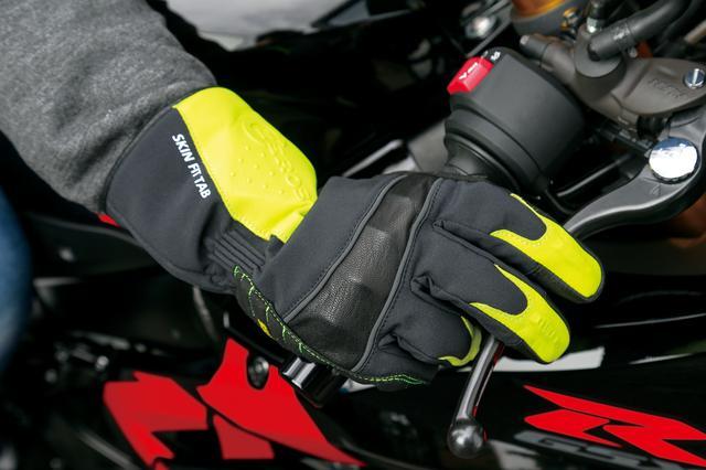 画像: 保温性の高い中綿が入っているが、指の曲げ伸ばしは実にスムーズ。ナックルプロテクターは目立たないよう内側に入れられている。グリップを握る部分には耐久性が高く、雨に濡れても滑りにくい素材を使用。親指と人差し指にはスマホ操作用に導通素材が使われている。 価格:8580円 [サイズ] S、M、L、LL [カラー] ブラック、 イエロー、レッド [ 問 ] レッドバロン  TEL.0564-24-5312 http://www.redbaron.co.jp/buy/rom/z_glove_w.html