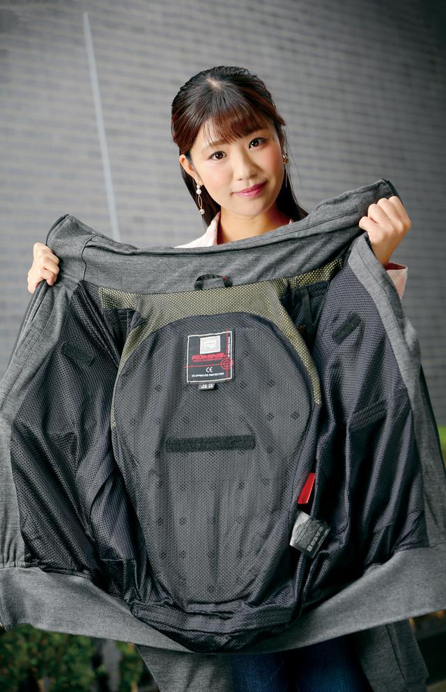 画像: オートバイを降りたらそのまま街着になるデザイン。モデルの梅本まどかさんは身長163㎝で、XSサイズでも少し大きい感じ。 背中を広く覆うEVA(衝撃吸収素材)パッドも標準装備。他の内蔵プロテクターと同様、簡単に着脱できるので手軽に洗濯できる。 価格:1万6280円(5XLBサイズのみ1万7380円)