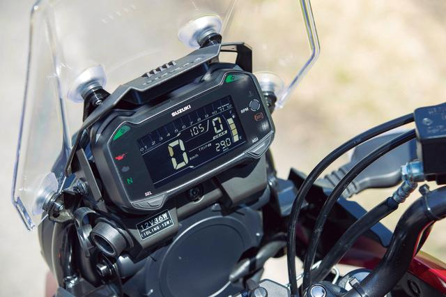 画像: バーグラフ式のタコメーターを上部に配し、速度やギヤ段数、時計を大きく表示した機能的なメーター。