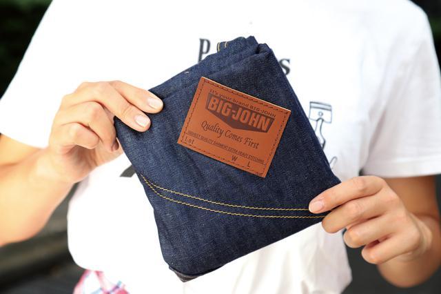 画像: 生地にはポケットとレザータグを配置。しずく型と呼ばれる結び方でバッグにすると、ちょうどジーンズのバックスタイルのように見える。
