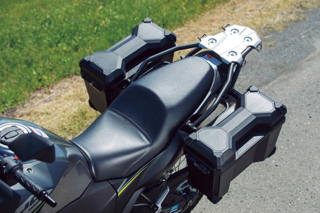 画像: オンロードバイクのようなホールド性の高いシート形状で、クッション厚も硬質。長距離も疲れず快適だ。