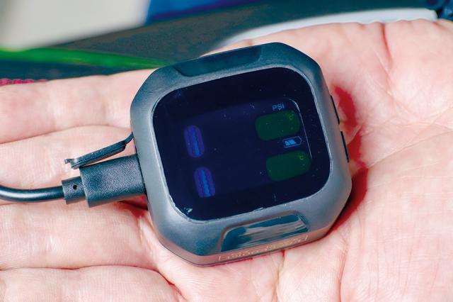画像: 受信機内蔵液晶ディスプレイの電源は内蔵バッテリーなので配線は一切不要。付属のマイクロUSBケーブルで充電する。