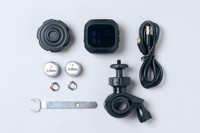 画像: 通常の表示画面。上が前輪、下が後輪で、空気圧と温度(表面温度ではなく、タイヤ内の空気温度)が常時表示される。前後センサーとディスプレイ部のほか、ハンドル装着用ステー、USBケーブル、専用レンチとナット、バッテリー交換用工具が付属。 価格:オープン(アマゾン販売価格4500〜6000円)