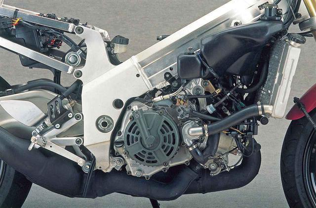 画像: 水冷V型2気筒は新設計で、前後気筒のなす角を90→70度にしたのが大きな変更点。250㏄クラスへの参戦は1990年からで、1993年型で90度から70度に変更、公道仕様もこれを踏襲した。基本設計は右下で紹介するレーサー、XR95と同じで、クランクやミッションドライブ軸の配置も共通。2サイクルエンジンの大部分はキックアームを装えるが、これを取り付けるとケース部がふくらみコンパクト化が阻害されるので、軽量なセルモーターを専用に開発。始動はセルのみとなる。