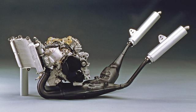 画像: エンジン全長は40㎜短縮され、シリンダー角が20度小さくなった結果、吸気管長を10㎜短くすることが可能に。規制に合わせて日本向けモデルは、40ps/9500rpm、3.5㎏-m/8000rpmに抑えられるが、輸出モデルのフルパワーは62psもの高出力を発揮したという。
