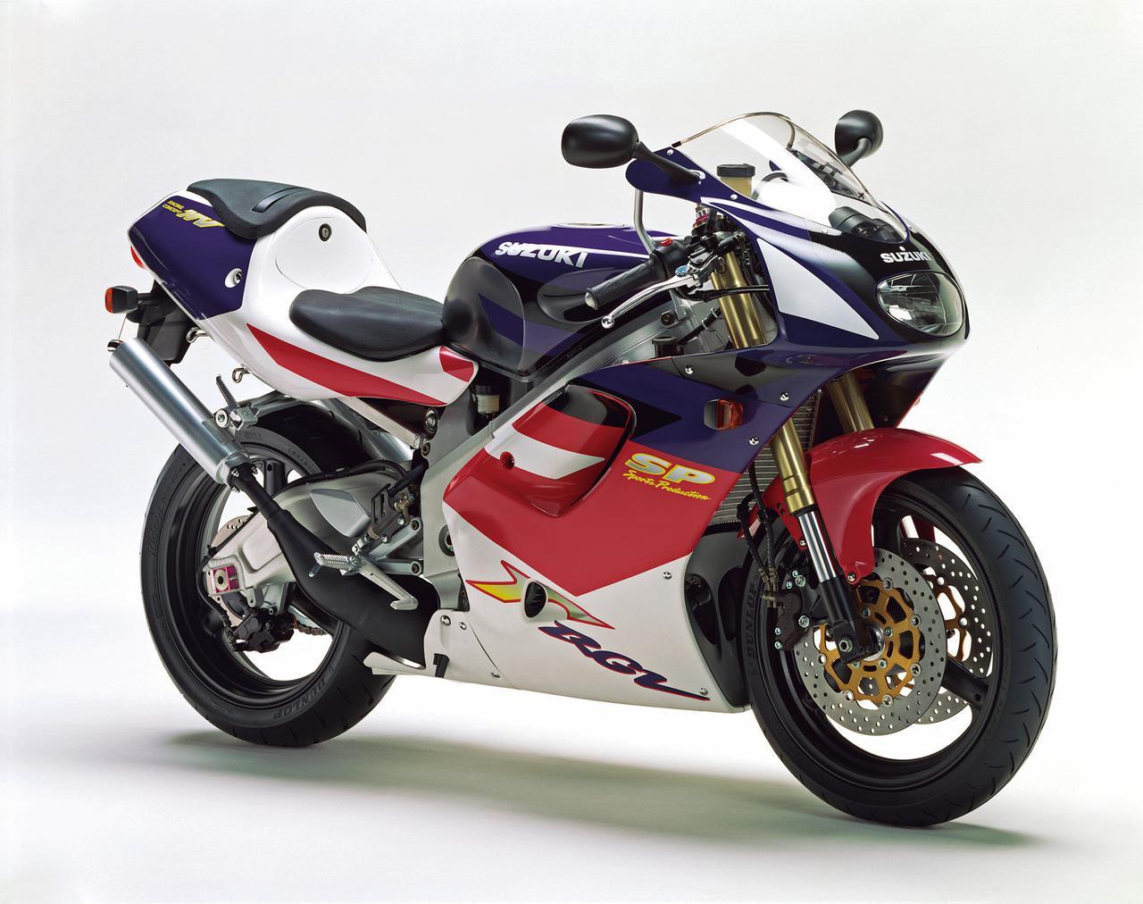 画像: 車名はRGV-Г250SPに変わり、型式/機種記号はVJ23A/RGV250Tに。1996年2月29日発売で、価格は77万7000円+消費税3%とされ、このスぺシャルホワイトNo.2×ピスカリアマゼンタとスぺシャルホワイトNo.2×ムーンシャドウブルーから選べた。SPのワングレードで、乾式クラッチやカセット式ミッション、フルアジャスタブルの前後ショックを標準装備した。