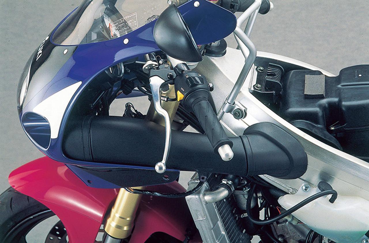 画像: アッパーカウルは左右非対称で、ヘッドライト左の開口部にダクトを連結、フレームの左スパーにある通路を介してエアボックスに新気を送り込む。XR95からの技術で、走行風を直接吸入することで温度が安定、優れた出力特性の獲得が可能になる。