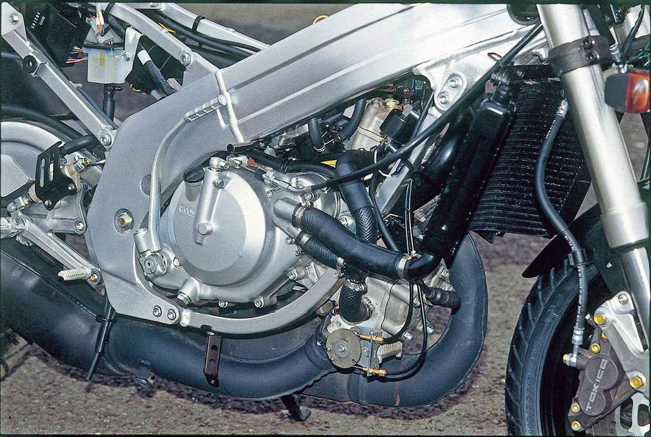 画像: 水冷90度V型2気筒は、56×50.6㎜のボア×ストロークより249.3㏄を得ることや、45ps/9500rpmの最高出力は同じだが、最大トルクは3.8→3.9㎏-mとわずかに増加(8000rpmの発生回転数は同じ)。排気ポートに置かれたバルブの作動をより細かく制御する方式に変更、中回転域での力強さを高めて乗りやすさを向上。キャブレターは、これまでのメイン系に加え、スロー系も空気の流れを電子制御する新しいスリングショットキャブレターへと進化。全回転域における優れたスロットルレスポンスを得ることが狙いだ。