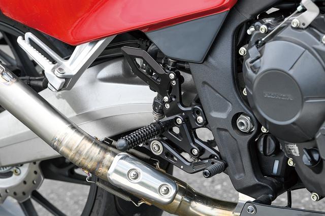 画像: 少し後方位置としたステップは社外品を装着している。このバイクは外観は明らかにCBR400Fなのだが、内容は現代版というのも面白さを高めているのだ。
