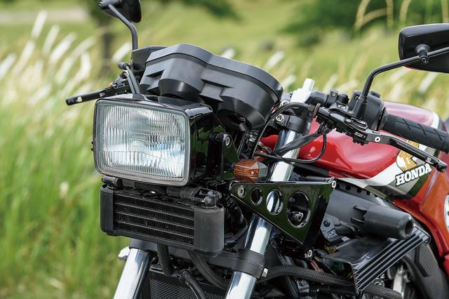 画像: 角型ヘッドライトやその下に置かれるオイルクーラー(「この車両ではオイルは回していないので重いだけですけど(笑)」と田中さん)は、1984~CBR400Fそのもののパーツを使う。ヘッドライトステーのCBR400Fで、CBR650Fのフレームに追加工を行って装着してある。