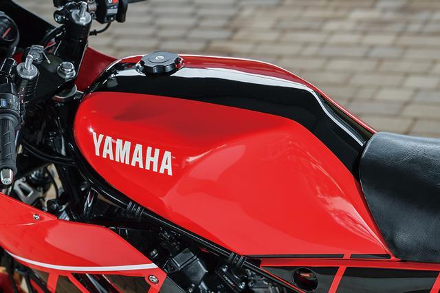 画像: 燃料タンクはレトロ( http://retro-spl.jp )が'2019年半ばに製作販売を始めた「RZ-R前期(オムスビテール)純正燃料タンク」を装着している。