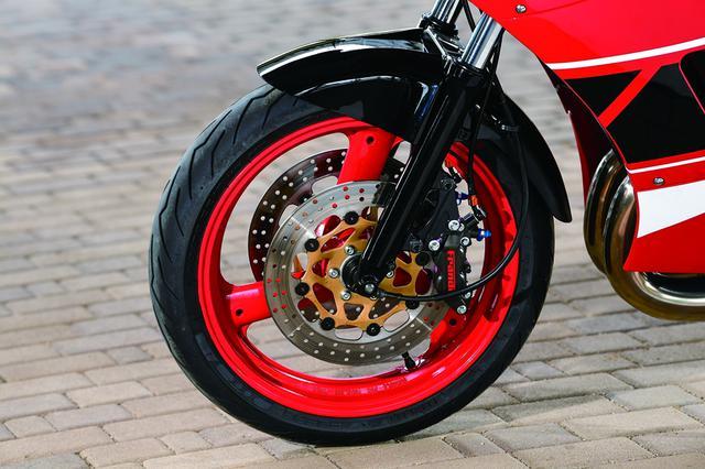 画像: スタンダードで前後18インチのホイールは、FZR400用3.00/4.50の前後17インチに換装する。タイヤはピレリ・ディアブロロッソⅢで110/70ZR17・150/60ZR17サイズを履いている。