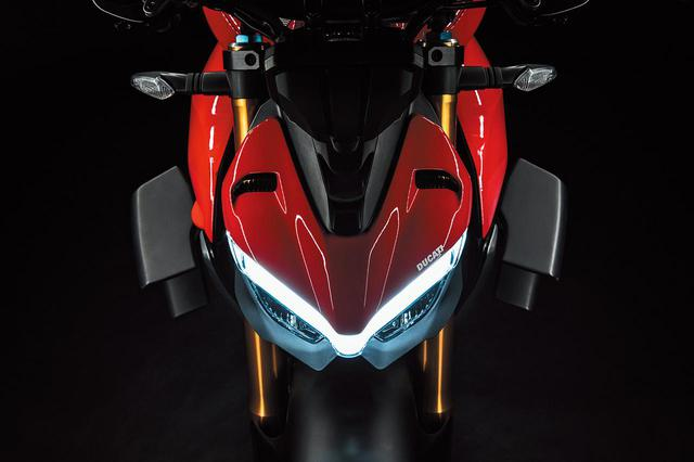 画像: ヘッドライト上部には、パニガーレやスーパースポーツにも採用されているV字型のポジションランプが備え付けられる。