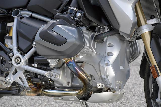 画像: シフトカム機構を備えるDOHC4バルブヘッドを持つ、排気量1254ccの空水冷フラットツインもシリーズ共通で、136PSという最高出力も同じ。