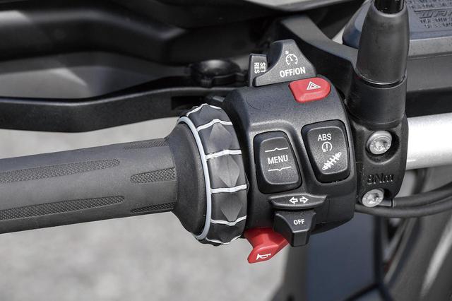 画像: 方左側ハンドルには、多機能メーターでさまざまな機能の設定や操作を行うためのホイール状のマルチコントローラーや、ABS、サスペンション設定、クルーズコントロールなど各種機能の操作スイッチが集中配置されている。