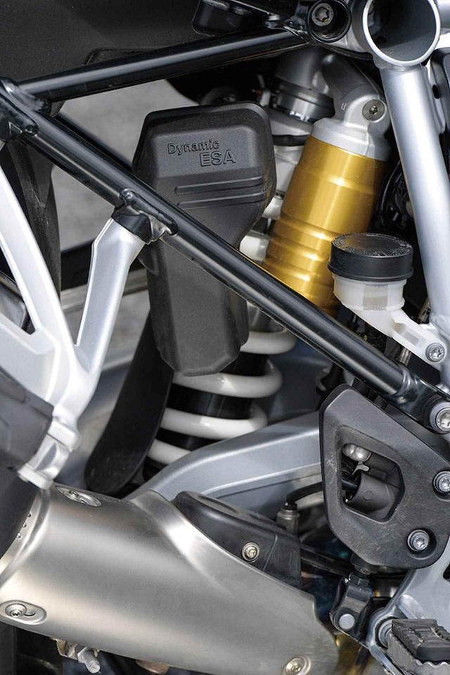 画像: R1250GSはダイナミックESAを標準装備し、バイクの状態に応じてダンピングとプリロードが自動的に調整できるため、より安定した乗り心地を実現。