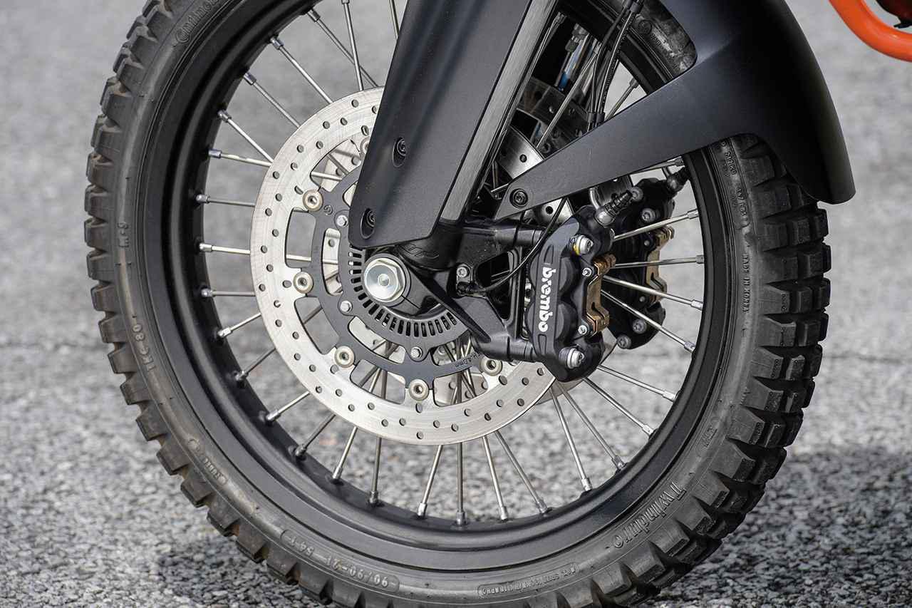 画像: φ320mmローターにブレンボ製のラジアルマウント対向4ピストンキャリパーという組み合わせのブレーキは制動力、コントロール性を両立。