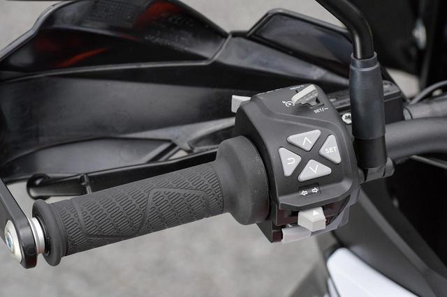 画像: 左側ハンドルのスイッチボックスには多機能メーター上でさまざまな機能を設定・操作するのに使用するためのメニュースイッチが設けられている。