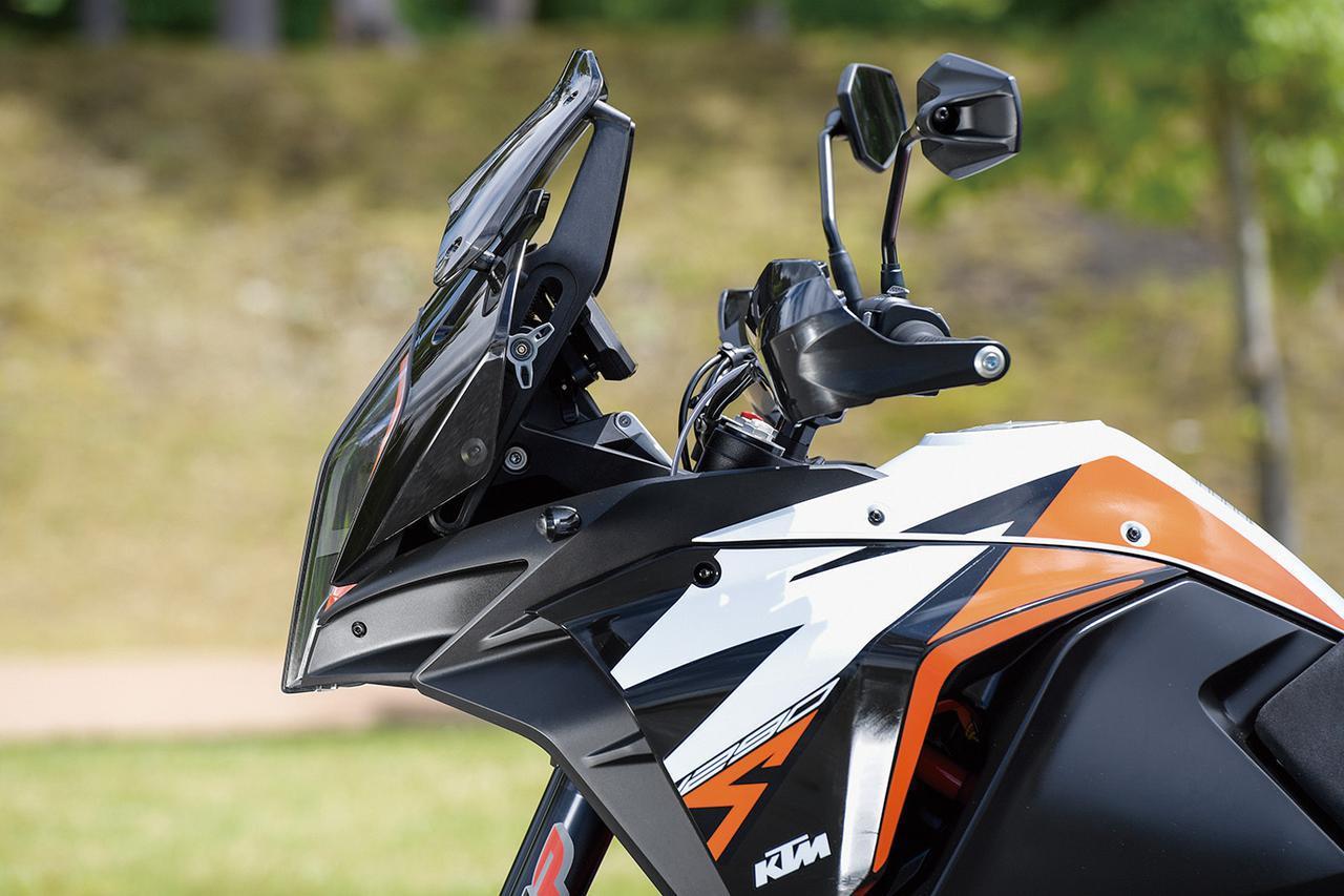 画像: スクリーンはオフロードライディングでヘルメットにあたらない様に、バリエーションモデルの1290スーパーアドベンチャーSのものよりも低いものが装備。