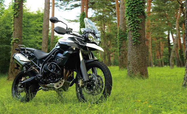 画像: スリムなボディと力強い3気筒ユニットで唯一無二の個性を楽しめる『TRIUMPH TIGER 800XC / BMW F800 GS ADVENTURE』(2014年) - webオートバイ