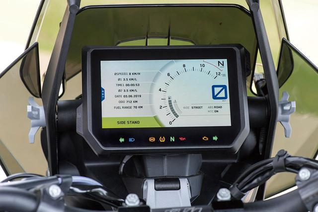 画像: スクリーンの後ろにあるメーターパネルは6.5インチサイズの多機能TFTカラー液晶で、直射日光の下でも非常に見やすい。USB電源付きの収納ポケットも装備る。
