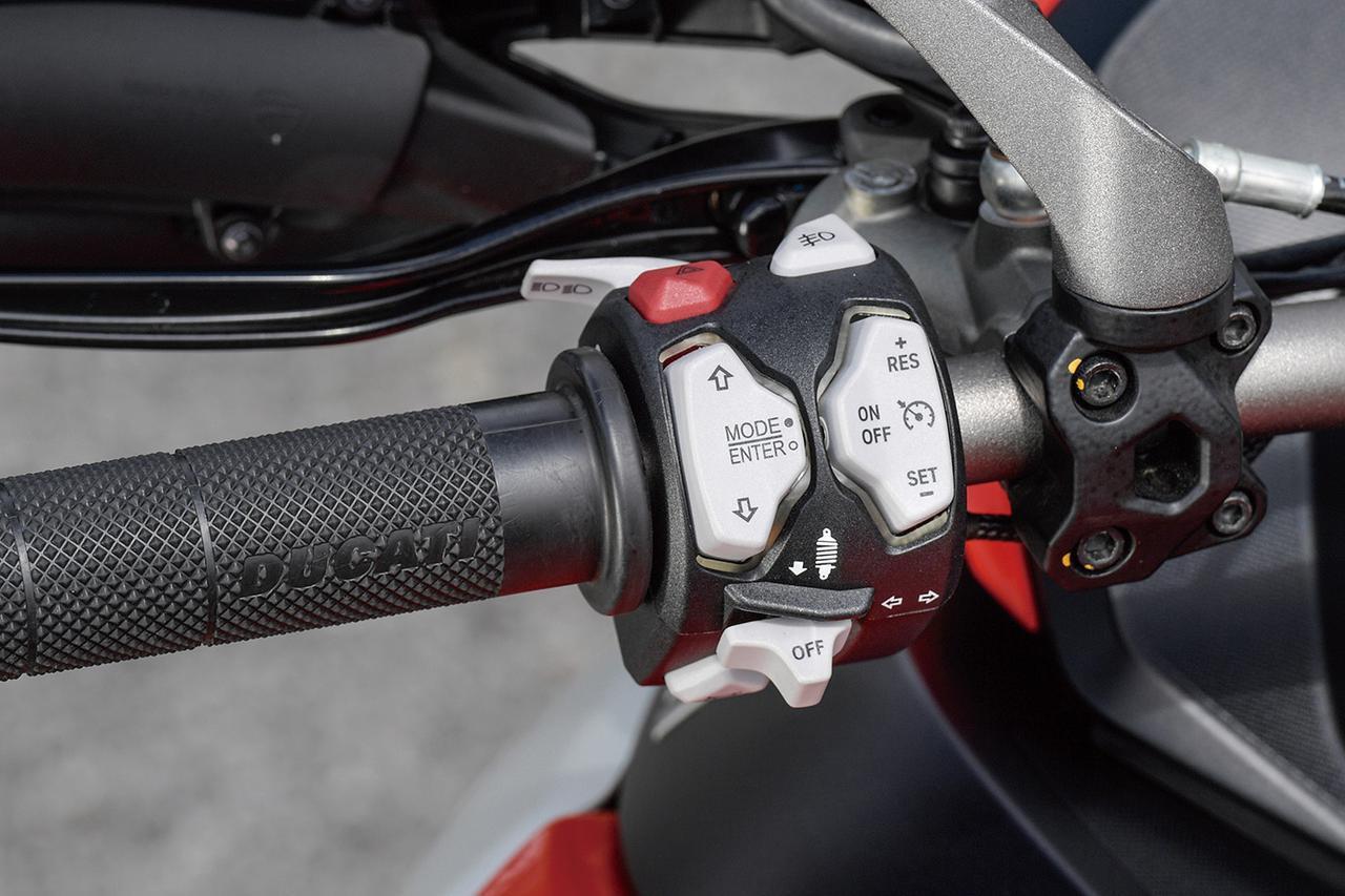 画像: スイッチボックスにはウインカーやホーンボタンなどに加えて、スポーツ・ツーリング・アーバン・エンデューロのモード切替やDSS EVOなど各種機能の設定、操作を行うためのスイッチ類が装備。