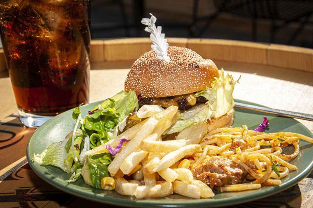 画像: ハンバーガーやフライドポテトなど、カジュアルなメニューもあります。ファーストフードはバイクで走ったあと何故か無性に食べたくなるんですよね(笑)