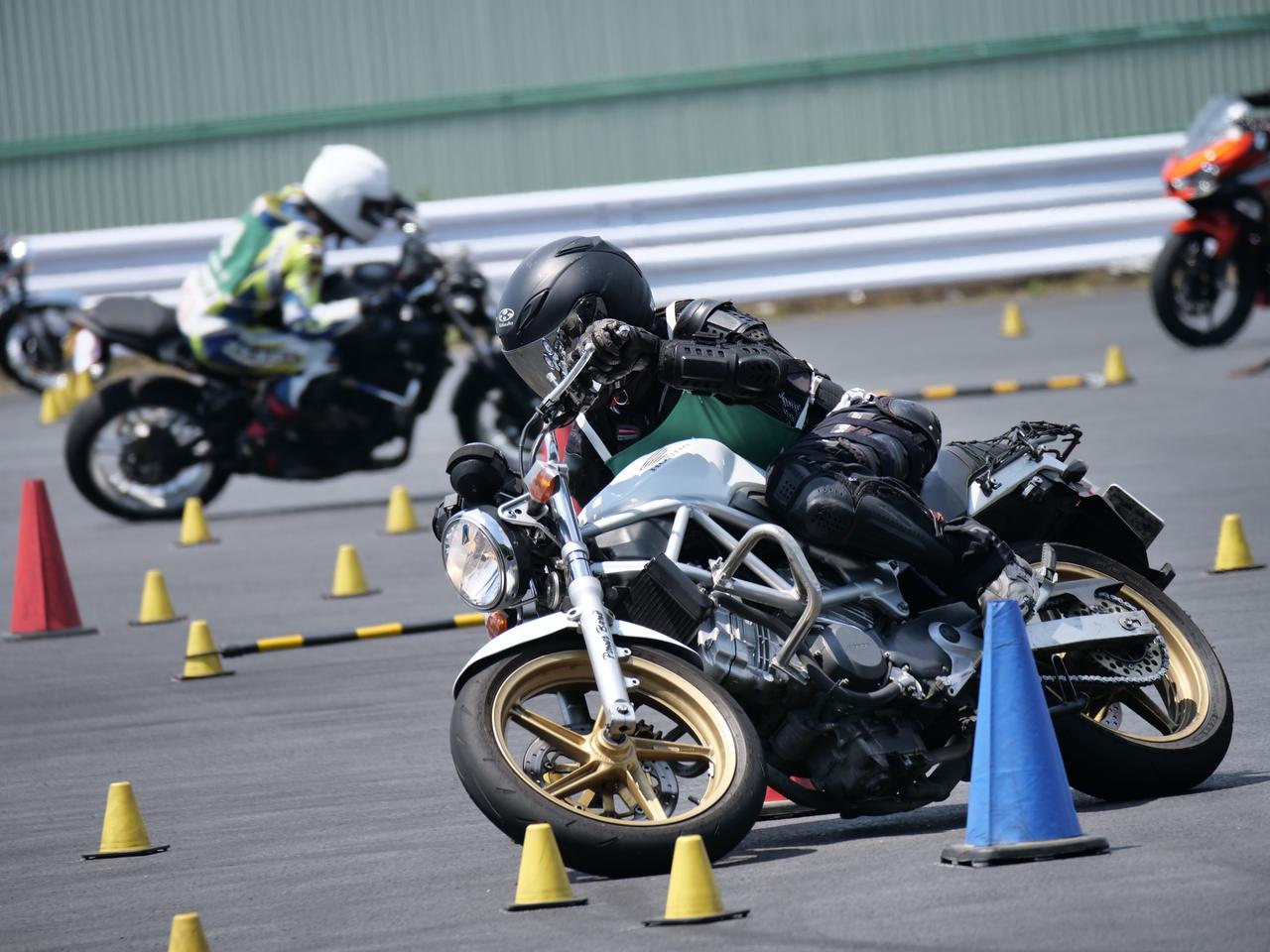 Images : 14番目の画像 - ジムカーナで活躍するホンダ「VTR」をもっと見る! - webオートバイ