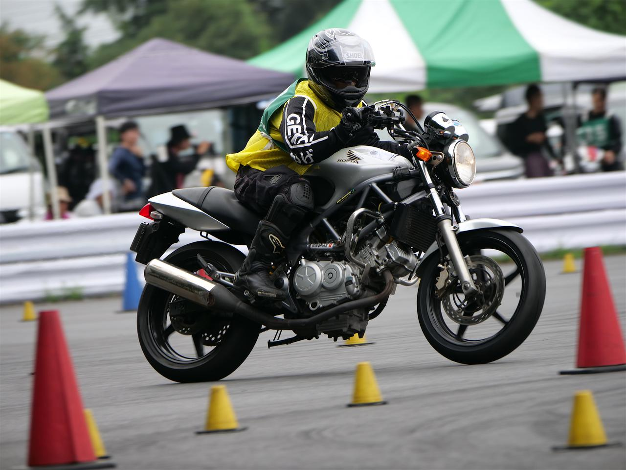 Images : 2番目の画像 - ジムカーナで活躍するホンダ「VTR」をもっと見る! - LAWRENCE - Motorcycle x Cars + α = Your Life.