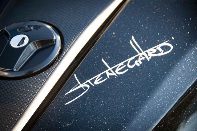 画像: さすがはFTR1200のチーフデザイナーだけあって、まるでステッカーのような「STENEGARD」のサイン!