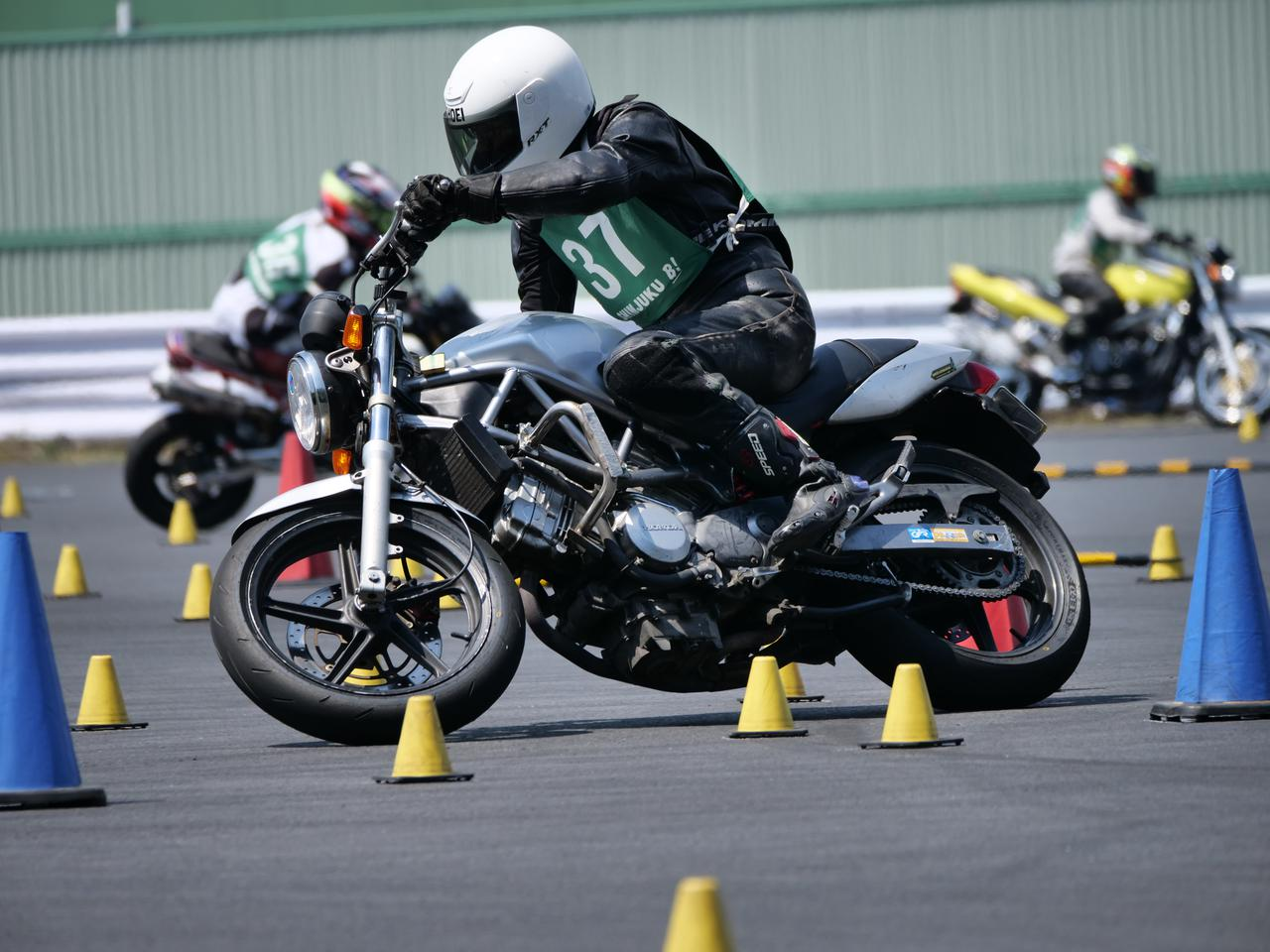 Images : 8番目の画像 - ジムカーナで活躍するホンダ「VTR」をもっと見る! - LAWRENCE - Motorcycle x Cars + α = Your Life.