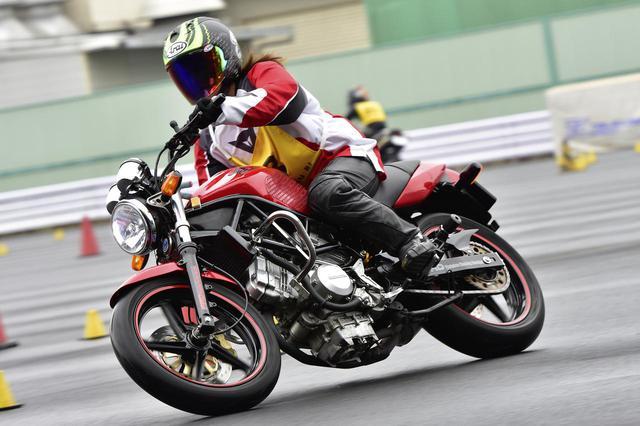 画像: じつはこの写真は、webオートバイでもおなじみの平嶋夏海さん。彼女がジムカーナで使っているマシンもVTR250だ。キャブ仕様のVTRをベースに本格的なジムカーナマシンに仕上げられている。