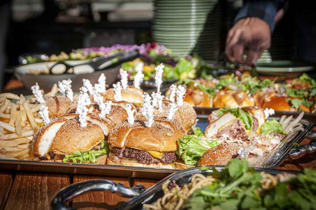 画像: お昼はランチも行なっている「キーズ パシフィック グリル」のオープンテラス席で、ビュッフェ形式の豪華ランチです!