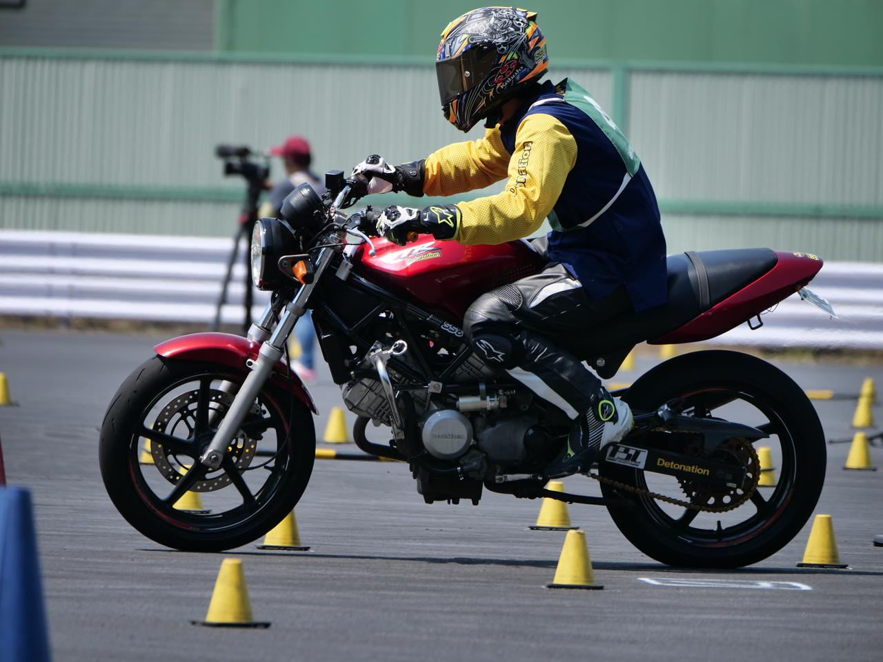 Images : 7番目の画像 - ジムカーナで活躍するホンダ「VTR」をもっと見る! - LAWRENCE - Motorcycle x Cars + α = Your Life.